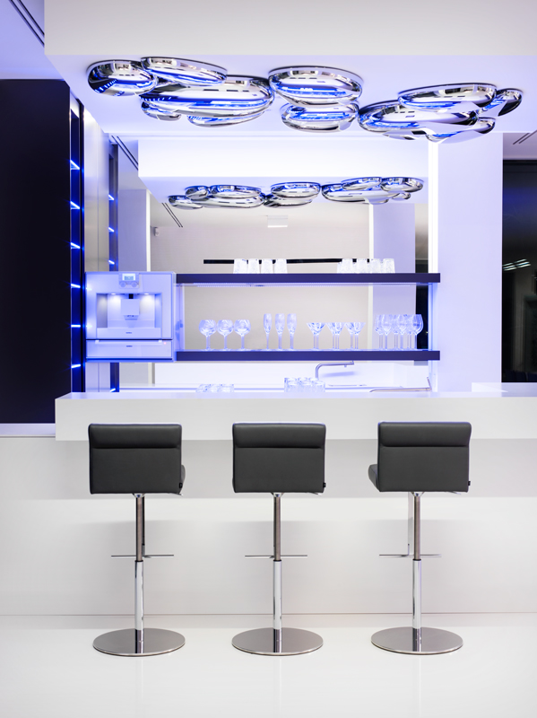 Hausfronten mit Glas verkleidet spezielle LED Technik Ausleuchtung Indoor Pool